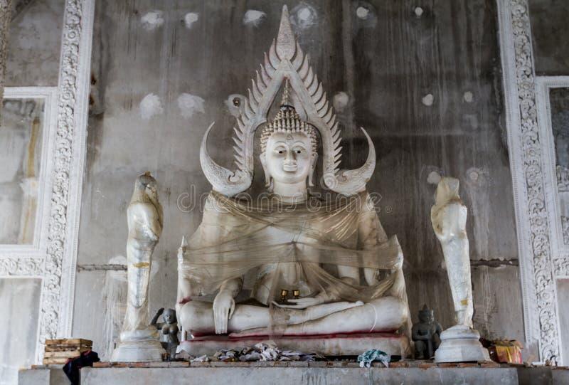 Statue de Bouddha enveloppée dans la cellophane dans le temple bouddhiste en construction image stock