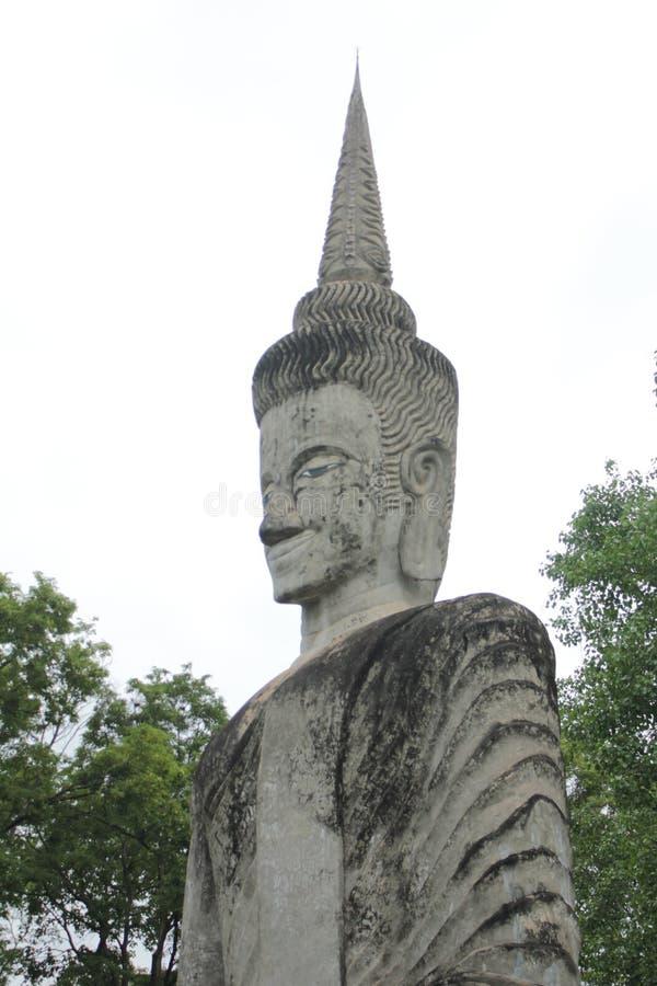 Statue de Bouddha et statue d'ange photo stock