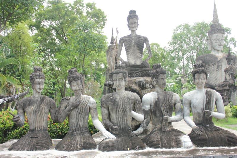 Statue de Bouddha et statue d'ange photographie stock libre de droits
