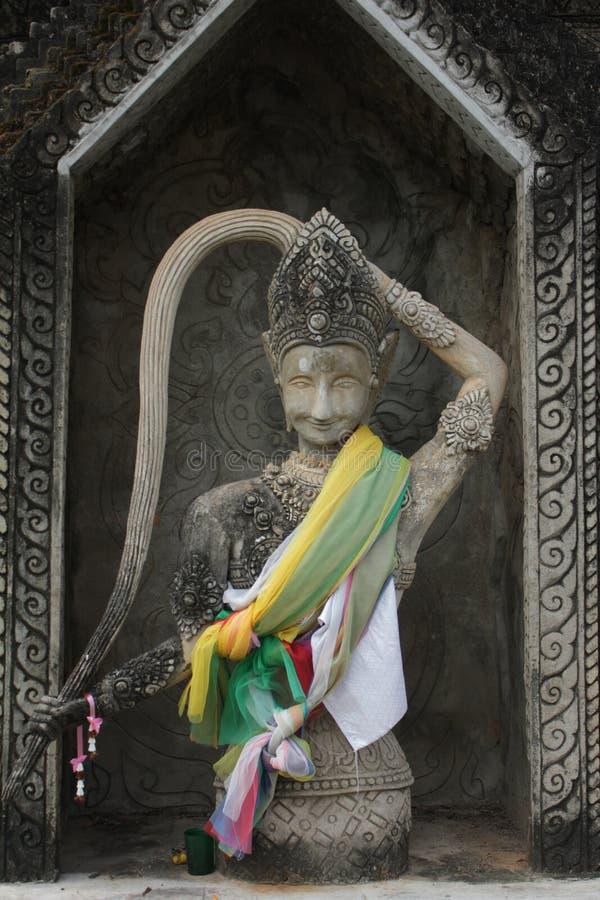 Statue de Bouddha et statue d'ange photographie stock