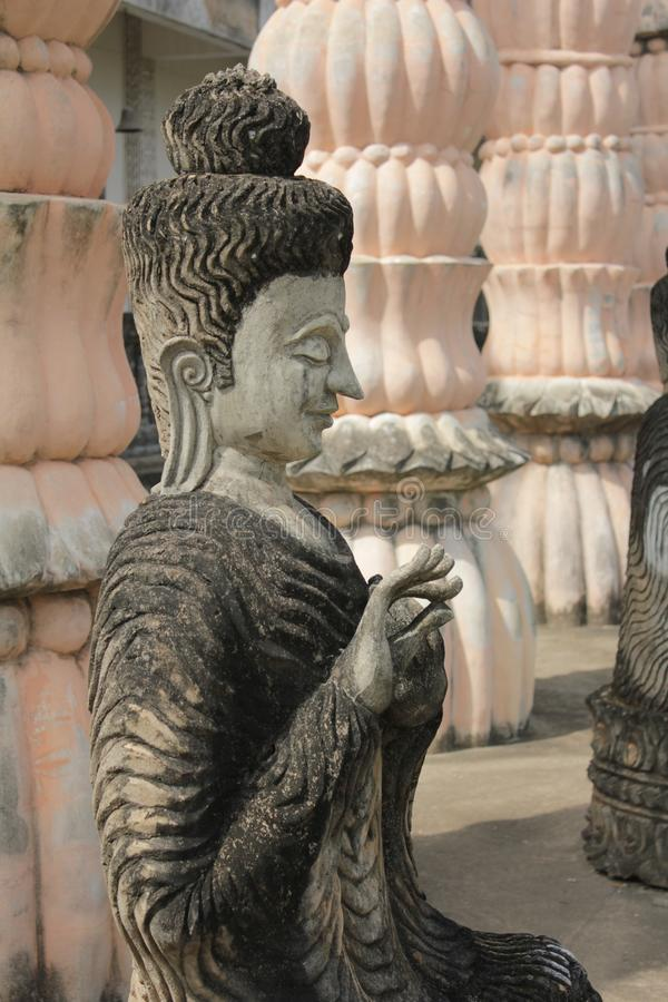 Statue de Bouddha et statue d'ange photo stock