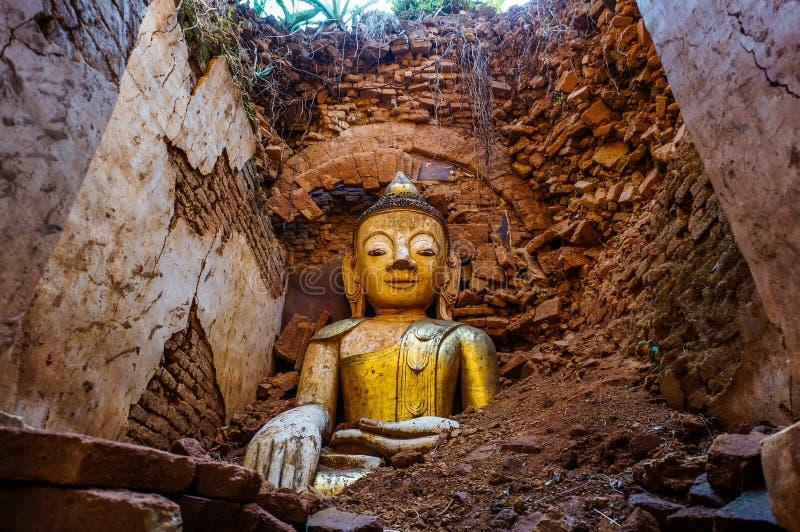 Statue de Bouddha ruinée par tremblement de terre image libre de droits
