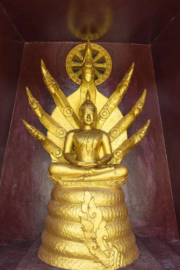 Statue de Bouddha se reposant sur le roi du naga images stock