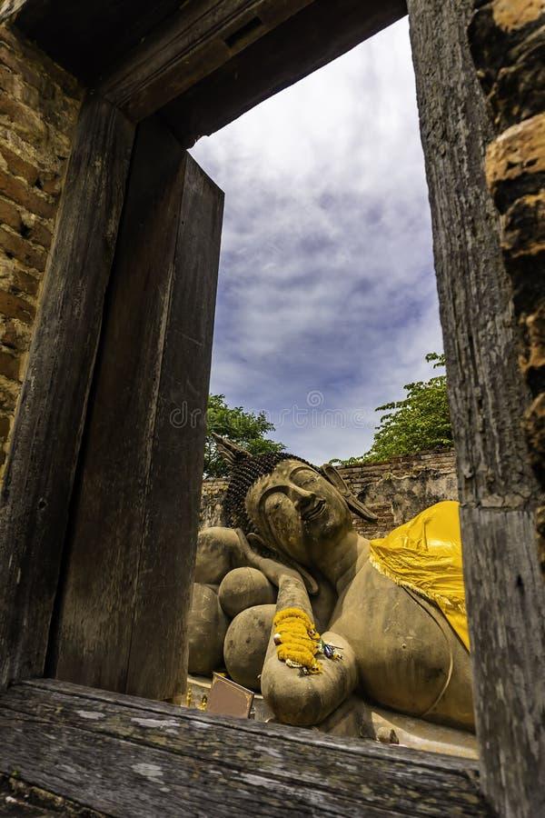 Statue de Bouddha de sommeil à Wat Phutthaisawan ou au temple phutthaisawan Ayutthaya, Thaïlande image libre de droits