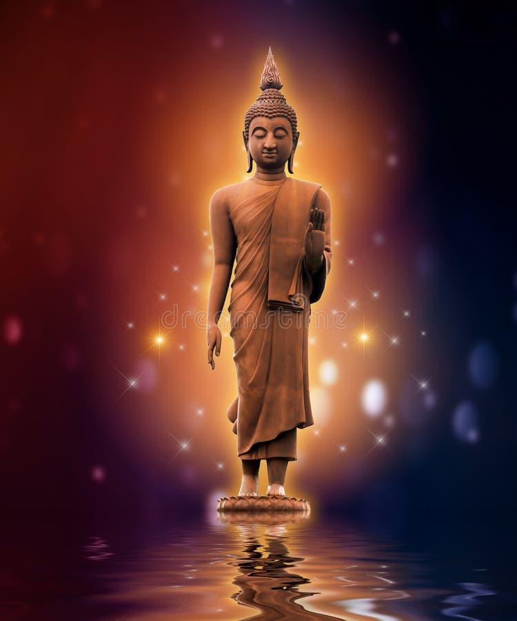 Statue de Bouddha sur le bleu pourpre de couleur de fond d'or de l'eau photos libres de droits
