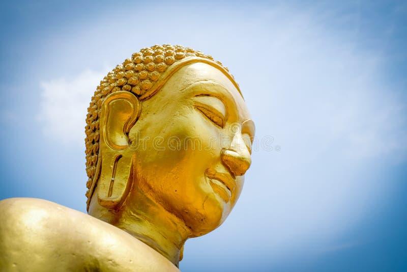 Statue de Bouddha sur le ciel bleu photographie stock libre de droits