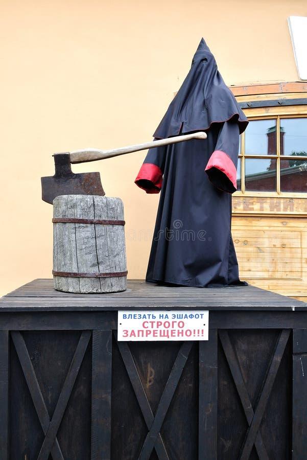 Statue de bourreau se tenant à l'échafaudage en Peter et Paul Fortress photographie stock libre de droits