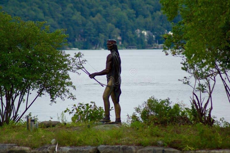 Statue de bronze de chasseur de natif américain images stock