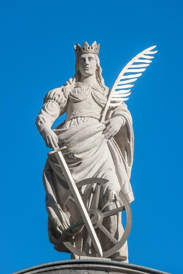 Statue de Catherin avec écrire la plume d'oiseau, l'épée et le cartwhee photo libre de droits