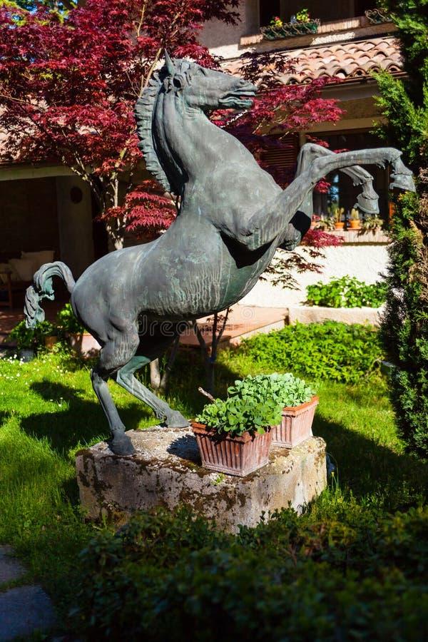 Statue de cheval d'emballement dans le jardin images stock
