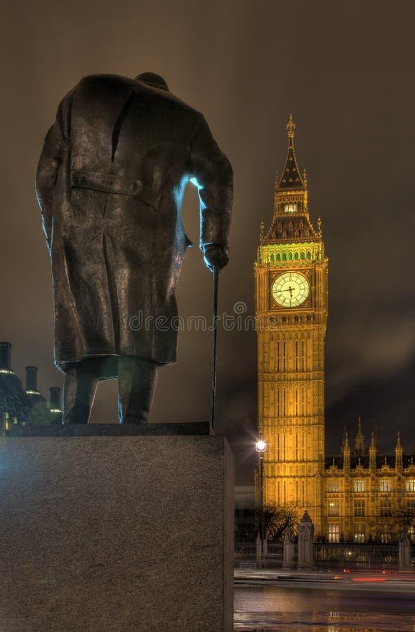 Statue de Churchill donnant sur Westminster images libres de droits
