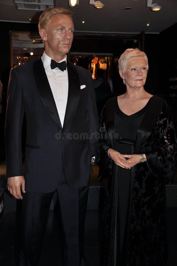 Statue de cire de Daniel Craig et de Judy Dench photographie stock