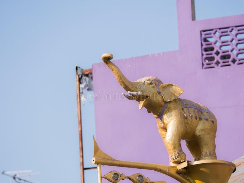 Statue de combat d'or d'éléphant sur le pilier dans le Purp photos stock