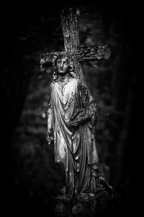 Statue de croix et d'ange images stock