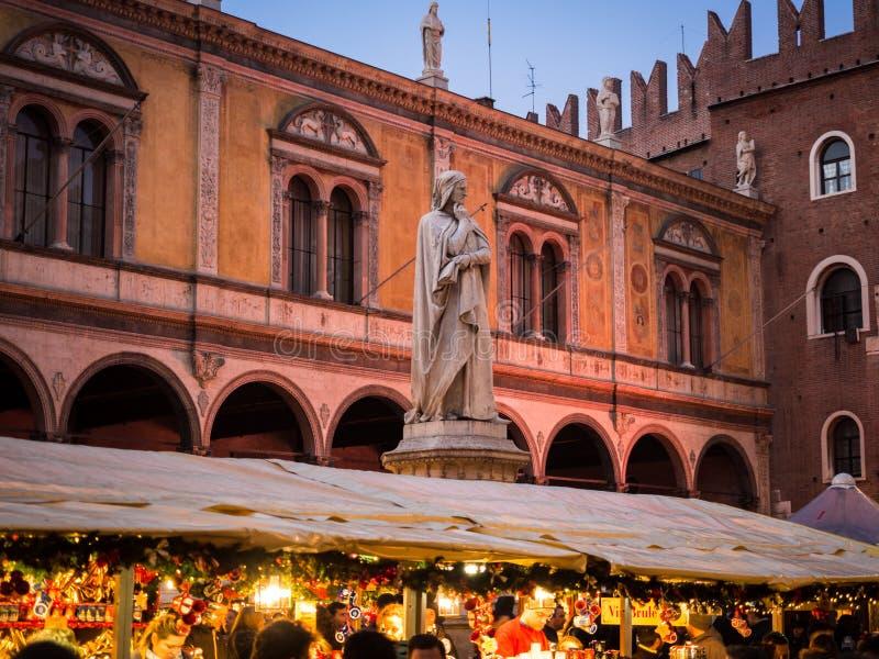 Statue de Dante Alighieri dans des Signori de dei de Piazza pendant Chris images libres de droits