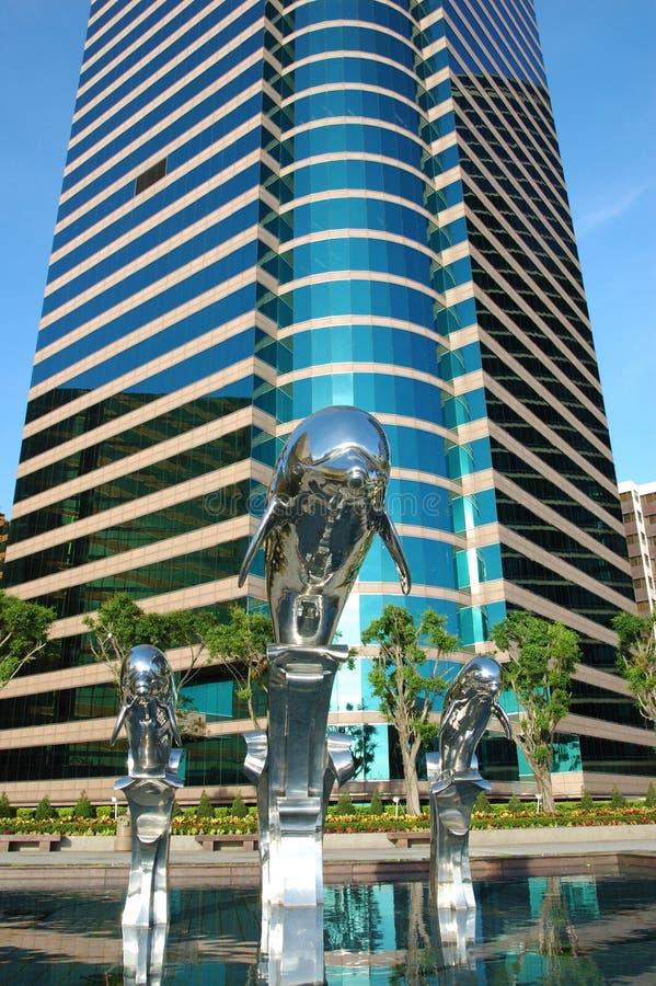 Statue De Dauphin Et Construction D Affaires Photos libres de droits