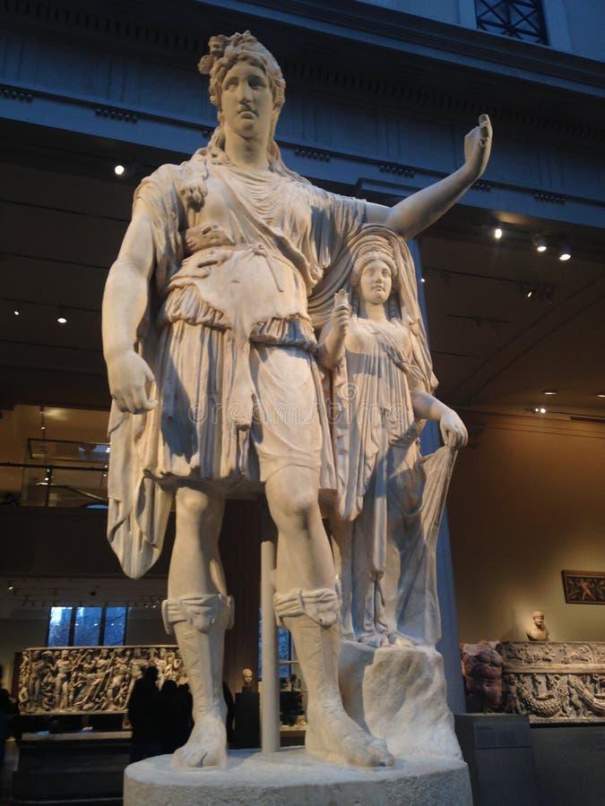 Statue de Dionysos se penchant sur un chiffre femelle (espoir Dionysos) au Musée d'Art métropolitain images stock