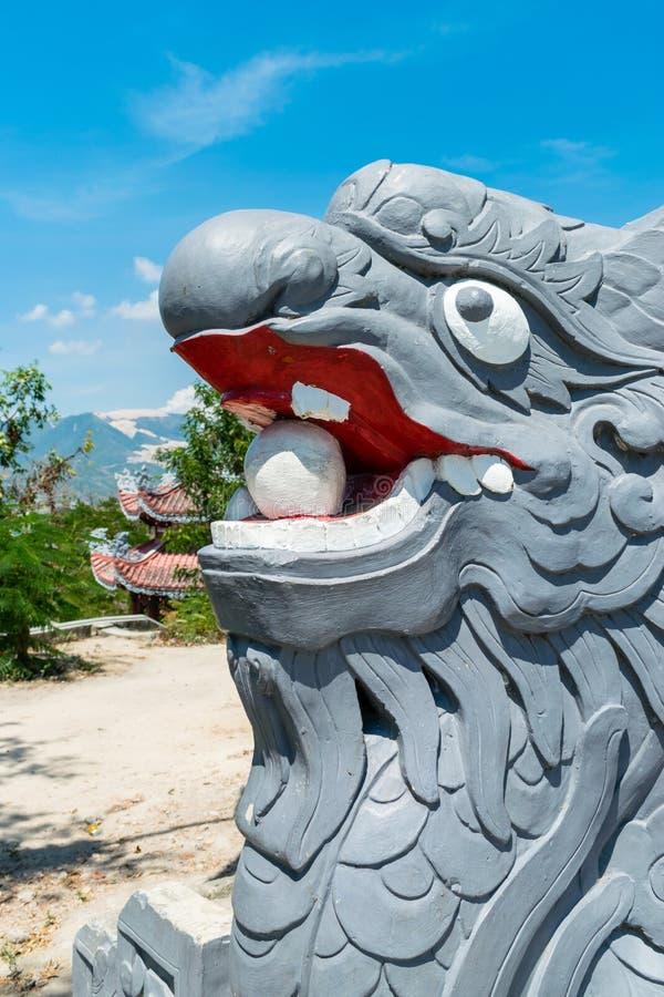 Statue de dragon avec la bouche ouverte dans la pagoda dans le trang de nha photographie stock libre de droits
