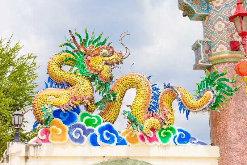 Statue de dragon d'isolement sur le fond blanc images stock
