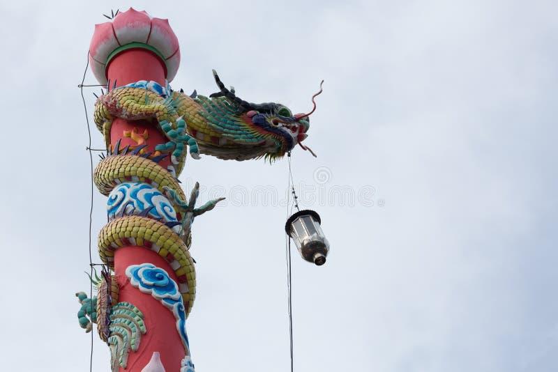Statue de dragon sur le pilier avec la lanterne légère photographie stock libre de droits