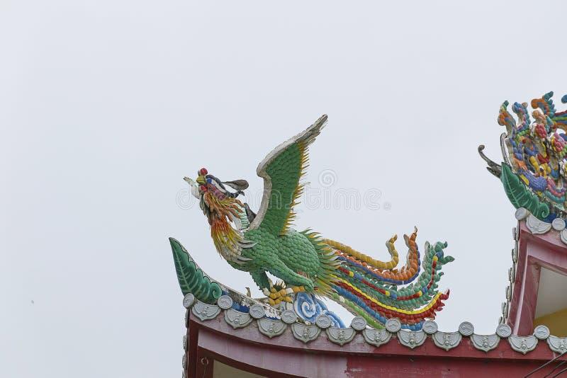 Statue de dragon sur le toit avec le fond de ciel photo stock