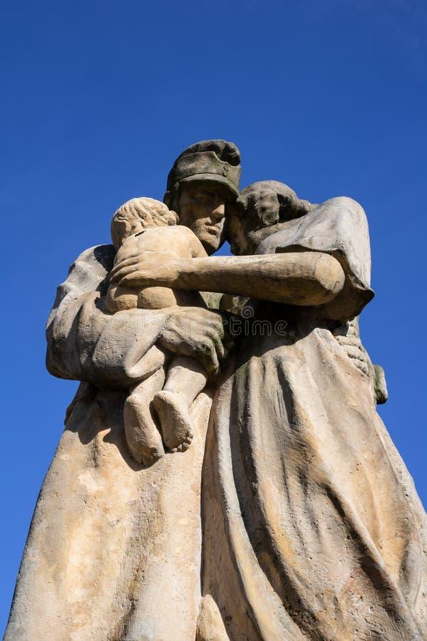 Statue de famille triste - le soldat, la recrue, l'appelé et l'enlistee Autriche-hongrois de WW1 va à la guerre illustration libre de droits
