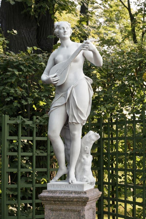Statue de femme dans le jardin d'été, St Petersburg photographie stock libre de droits