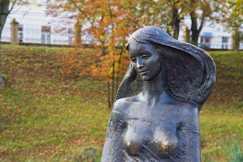 Statue de femme en parc images stock