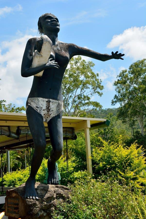 Statue de femme indigène de Kowaha dans la localité de saut au Queensland image stock