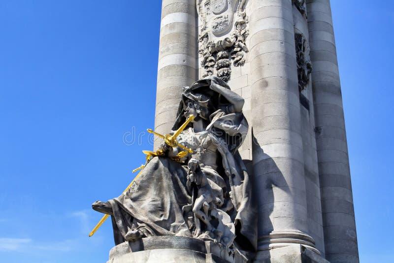 Statue de femme tenant l'épée d'or image libre de droits