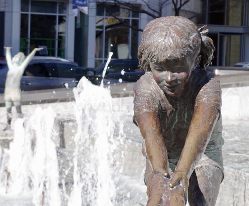 Statue de fille dans la fontaine photographie stock libre de droits