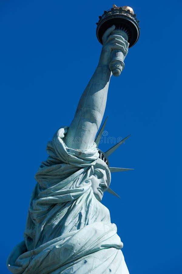 Statue de fin de liberté vers le haut de ciel bleu clair dans un jour ensoleillé à New York image libre de droits