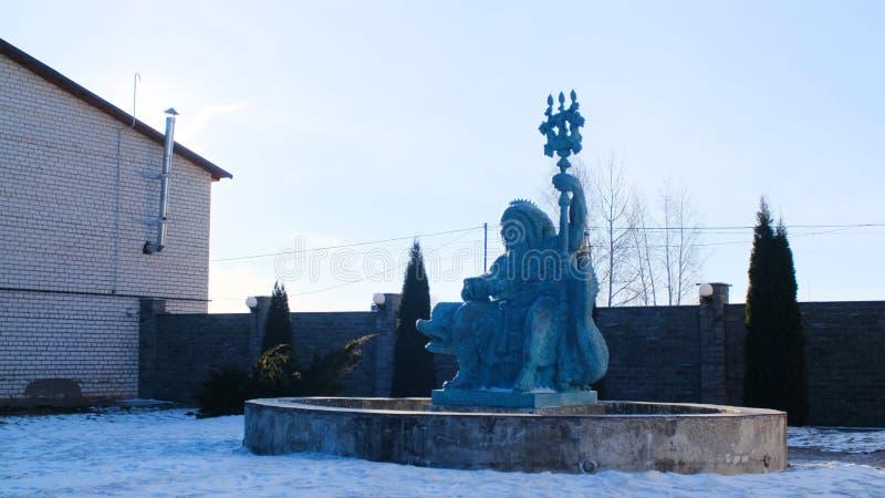 Statue de fontaine de Neptune en hiver Longueur courante La belle sculpture de Neptune se reposant sur le dauphin se tient dedans images stock