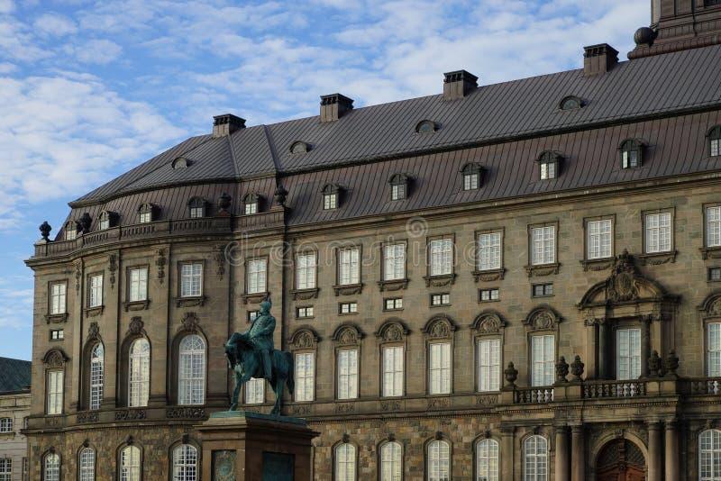 Statue de Frederik VII devant le palais de Christiansborg photo libre de droits