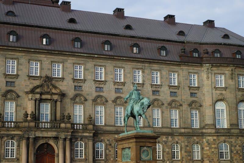 Statue de Frederik VII devant le palais de Christiansborg images libres de droits