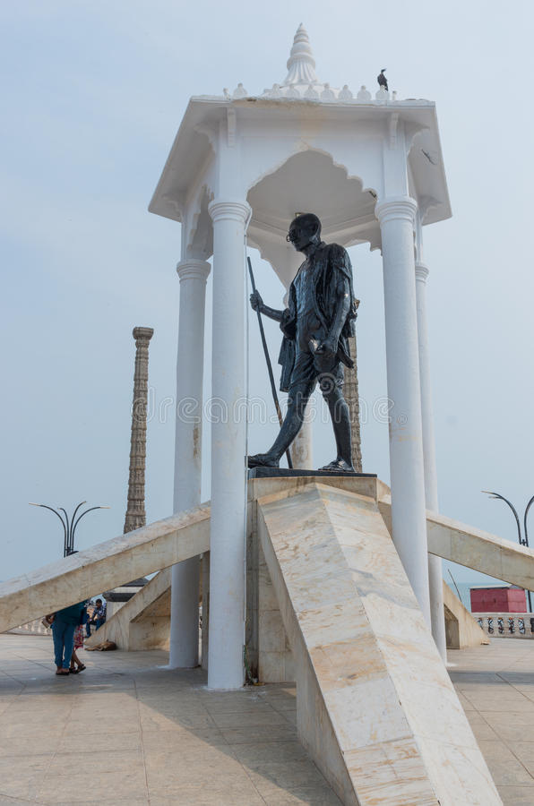 Statue de Gandhi à la plage de promenade dans Pondicherry, Inde photographie stock