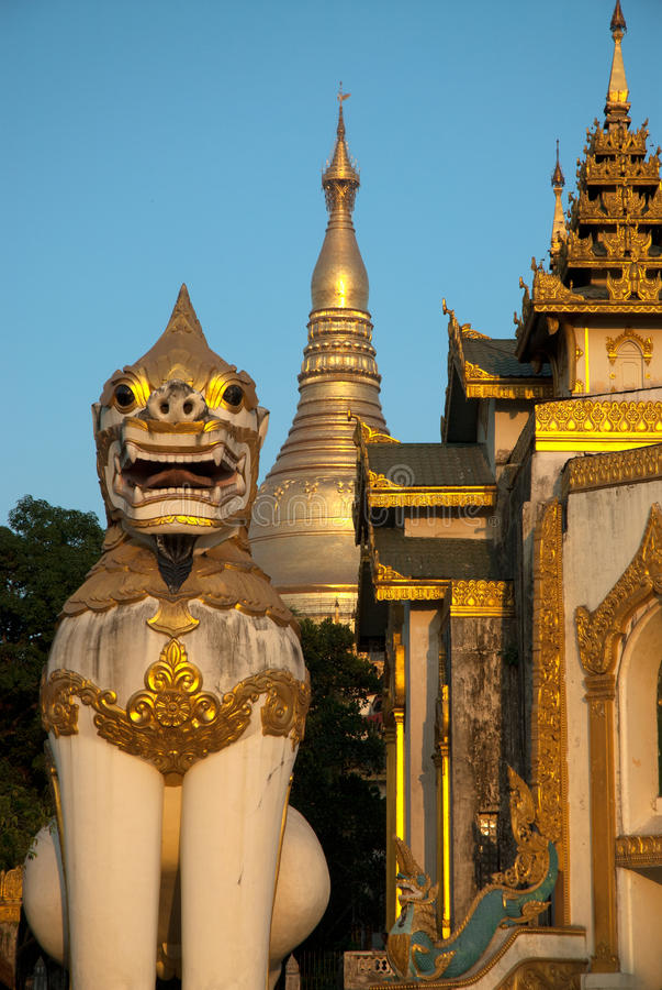 Statue de gardien de lion dans la pagoda de Shwedagon, Yangon image stock