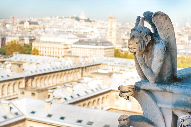 Statue de gargouille sur Notre Dame de Paris photo stock