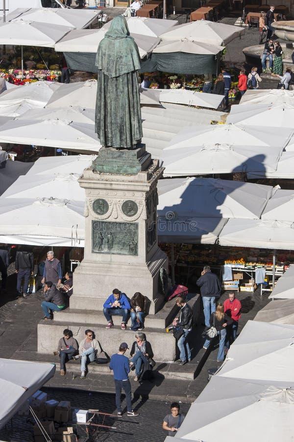 Statue de Giordano Bruno et de marché libre à Rome - Campo de Fiori photos libres de droits