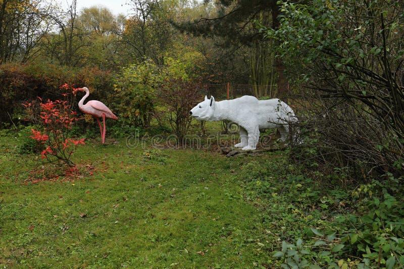 Statue de grand ours blanc et de flamant rose image stock
