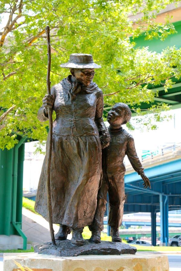 Statue de Harriet Tubman With un enfant en bas âge images stock