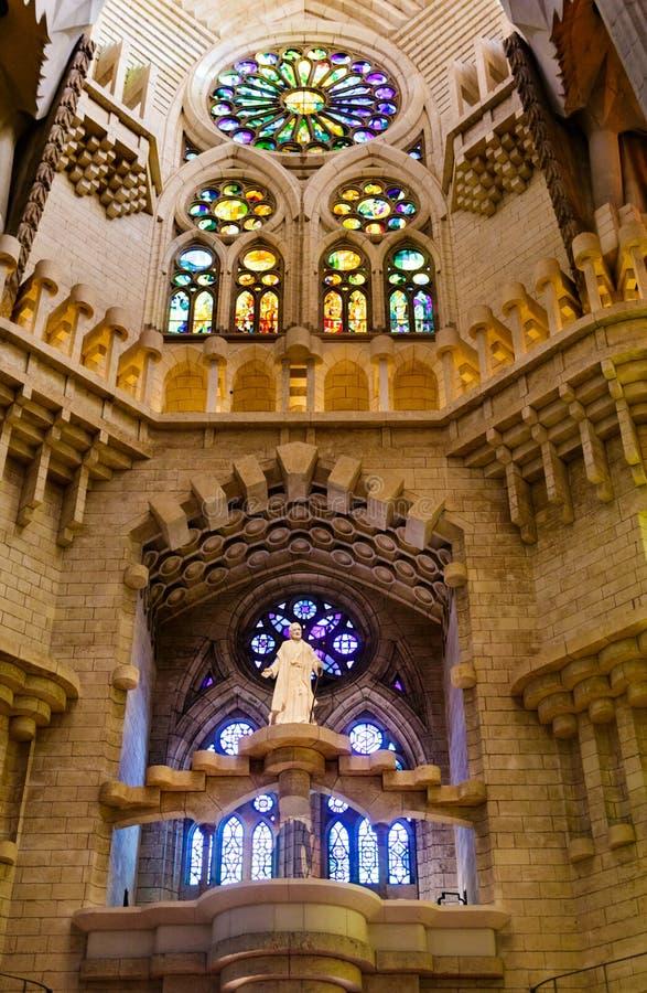 Statue de Jésus par le verre souillé photographie stock