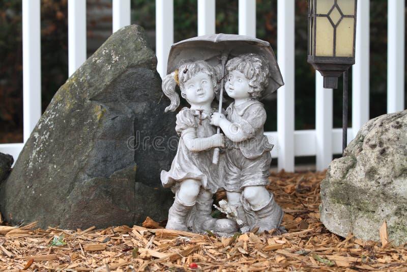 statue de jardin de deux enfants photo stock image du. Black Bedroom Furniture Sets. Home Design Ideas