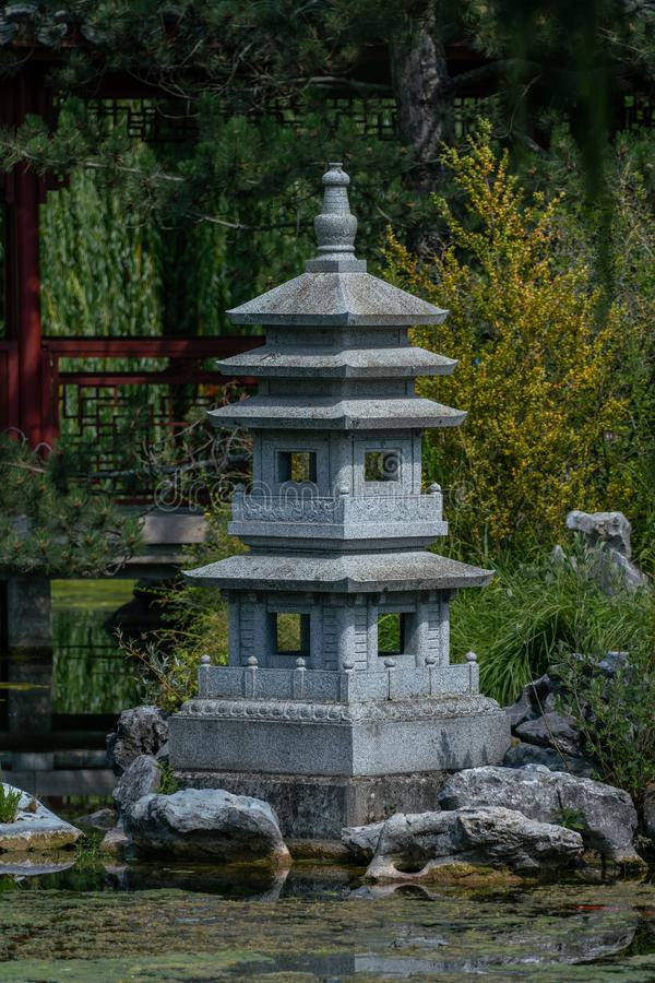 Statue de jardin de pagoda à un lac image libre de droits