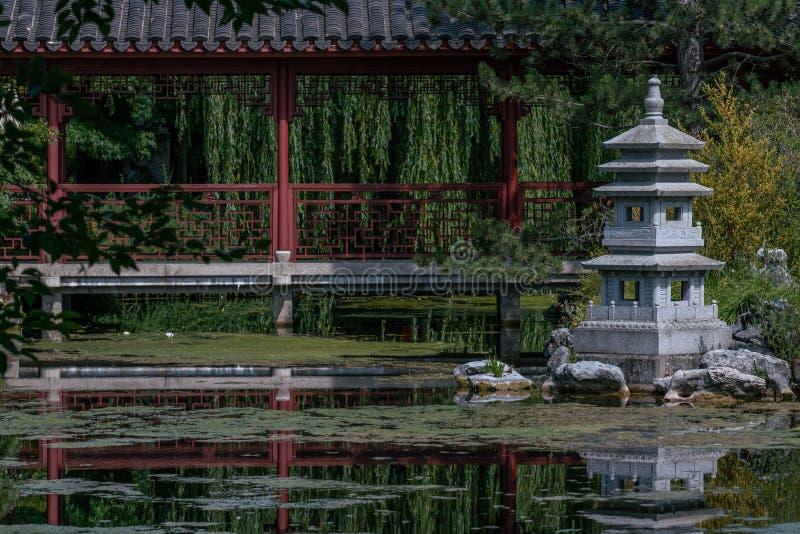 Statue de jardin de pagoda à un lac photos stock