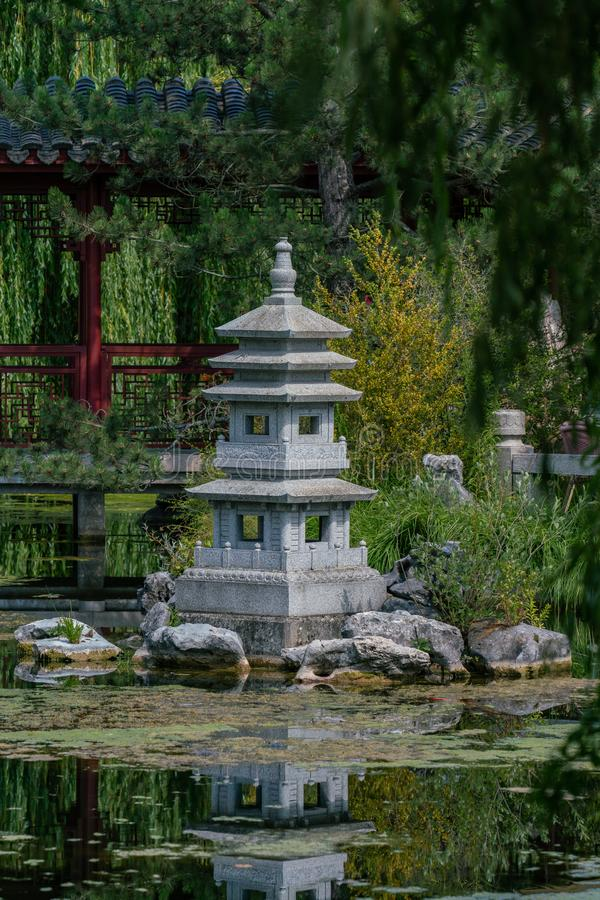Statue de jardin de pagoda à un lac image stock