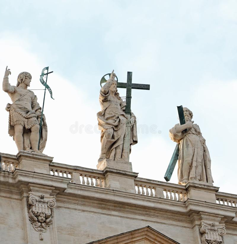 statue de Jesus Christ Risen au-dessus de saint Peters Basilica dans image libre de droits