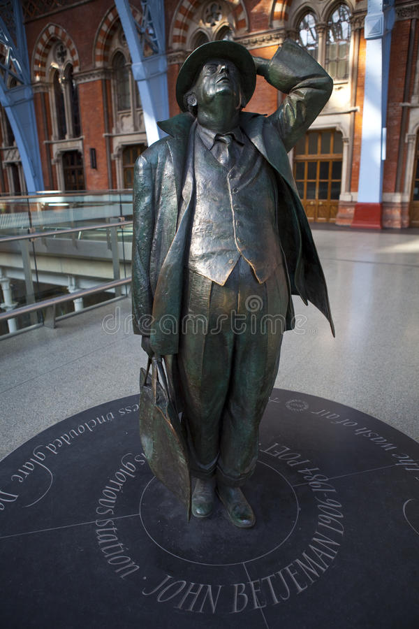 Statue de John Betjeman à l'International de rue Pancras image libre de droits