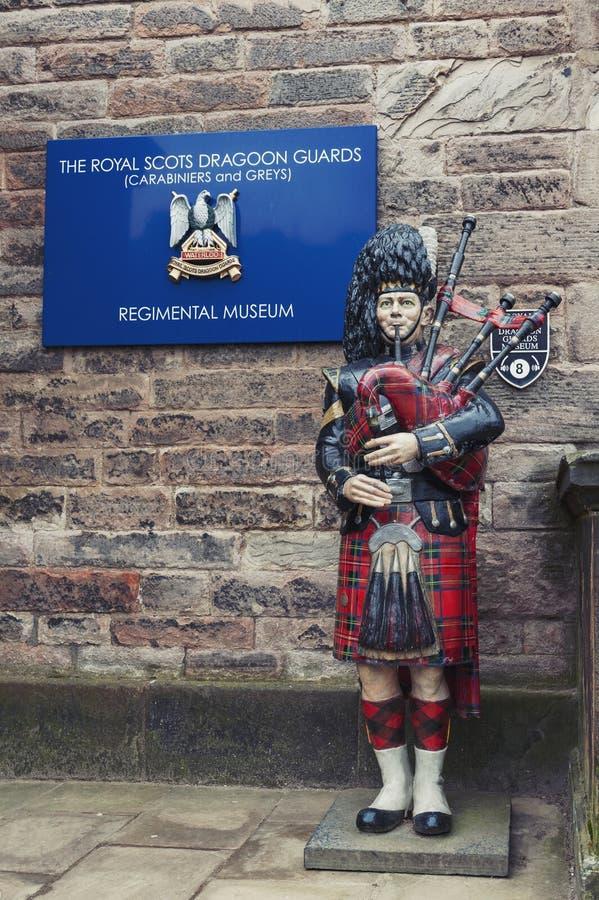 Statue de joueur de pipeau écossais jouant la cornemuse à l'entrée du musée régimentaire à l'intérieur du château d'Edimbourg, Ec photo libre de droits