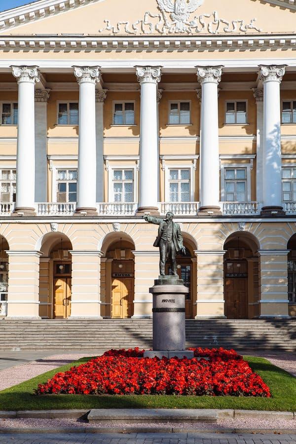 Statue de Lénine près du palais de Smolny, saint photo stock